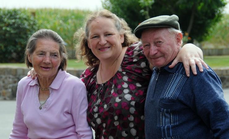 Personnes âgées autour d'une accueillante familiale