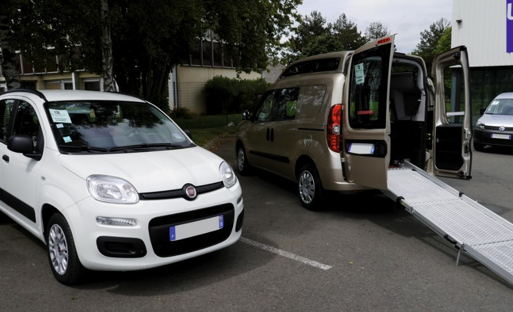 Des véhicules adaptés assurent le transport des élèves et étudiants en situation de handicap © DR