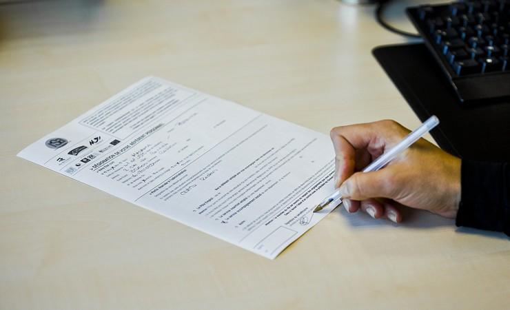Personne remplissant formulaire