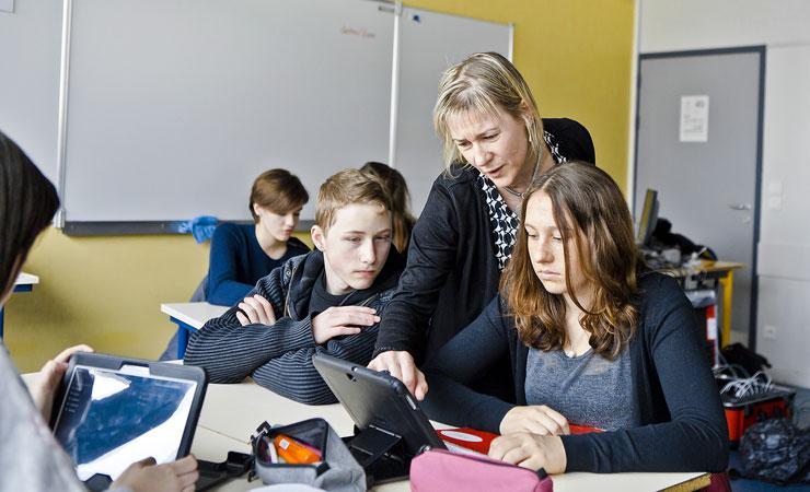 Des jeunes apprennent à se servir d'outils numériques