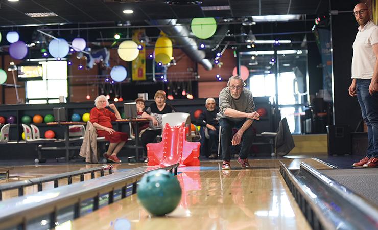 Sortie bowling accompagnée pour des personnes en perte d'autonomie. © Thomas Crabot