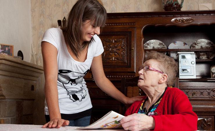 Visite d'une aide à domicile chez une personne âgée grâce à l'Allocation personnalisée d'autonomie