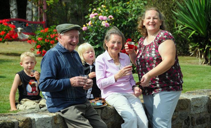 La solidarit avec les personnes g es le droit une vieillesse heureuse - Location personne agee ...