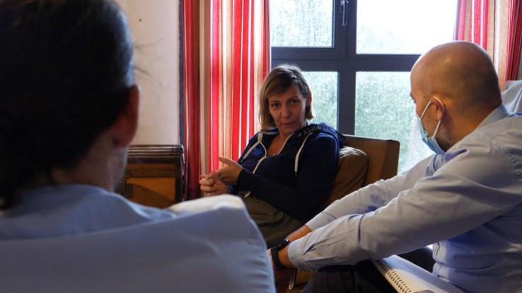 3 personnes assises dans un salon