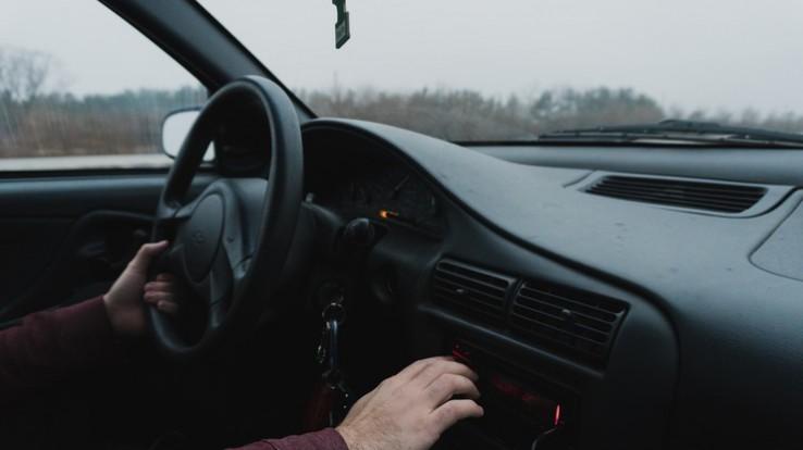 Tableau de bord de voiture avec les mains du conducteur