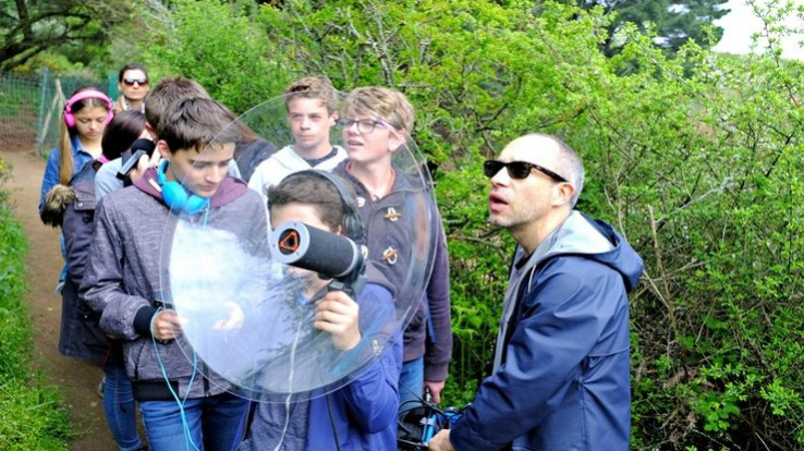 Des jeunes font une expérience artistique sonore, résidence mission