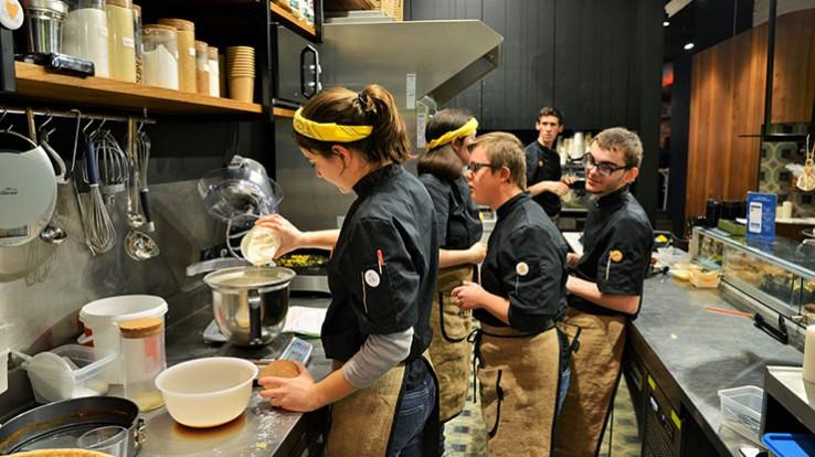 Huit jeunes en situation de handicap mental ou psychique travaillent au coffee shop de rennes. Un second café joyeux a ouvert ses portes à paris. © Franck Harmon