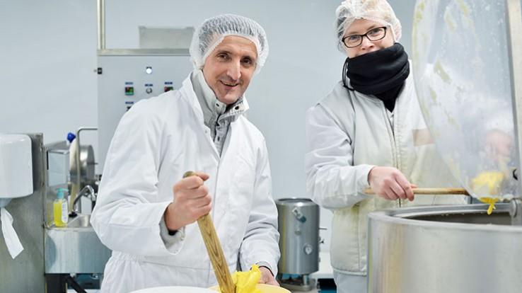 Thierry, éleveur laitier à Pacé et Marie-Laure, crémière salariée de la ferme en pleine préparation du beurre. © Franck Harmon