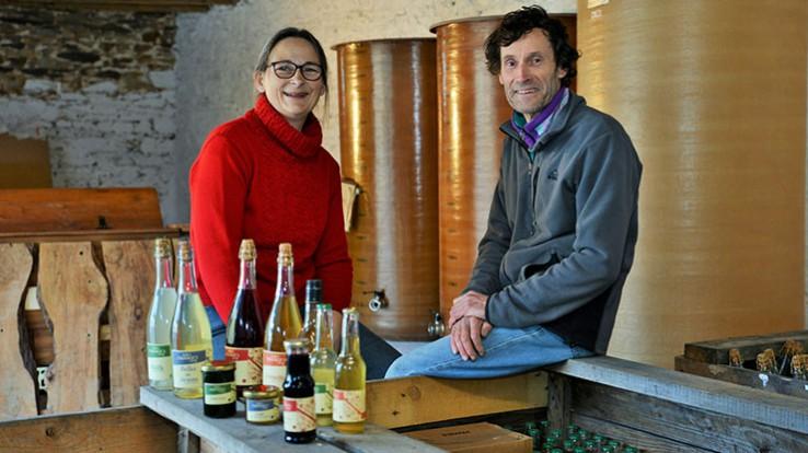 Catherine Gaillard et Philippe Descotte ont produit quelque 4000 bouteilles de sirops et boissins apéritives l'an dernier. © Franck Harmon
