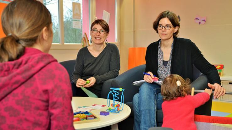 Amandine Cocquebert et Mélanie Gravot du pôle ressources petite enfance et handicap conseillent les parents et les professionnels de la petite enfance. © Franck Harmon