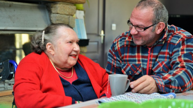 Personne âgée aux côtés d'un accueillant familial