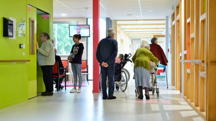 Personnes âgées dans une maison de retraite