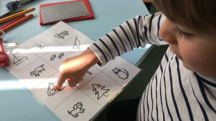 Enfant en bilan de santé à l'école maternelle
