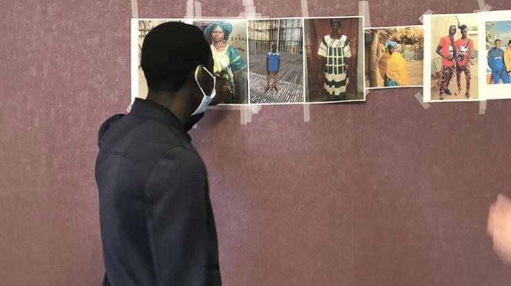 jeune homme regardant photos
