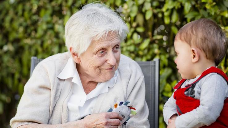 Personne âgée et jeune enfant