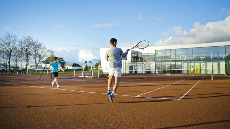 Joueurs sur un cours de tennis, Aide aux clubs sportifs
