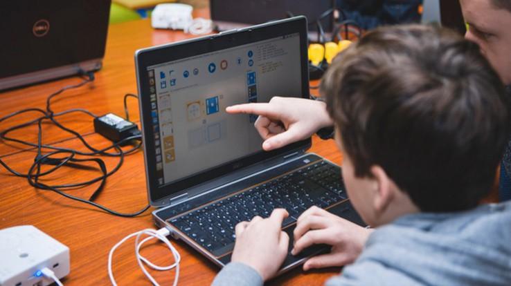 Jeune en apprentissage devant un ordinateur