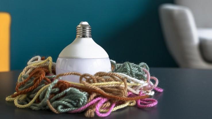 ampoule entourée de ficelles