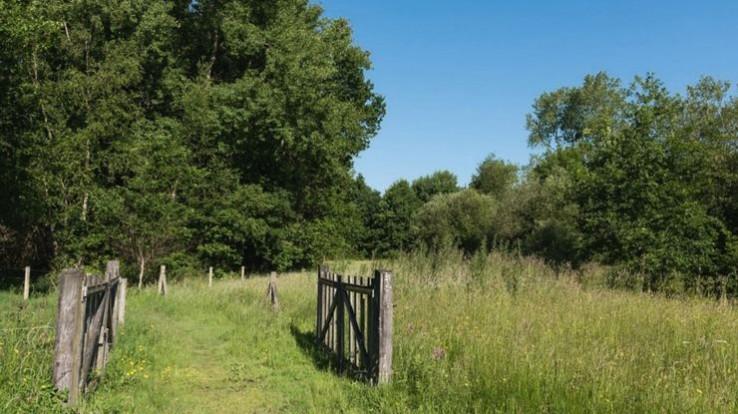Barrière ouverte sur sentier