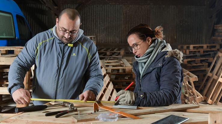Tézéa a monté un atelier de production de meubles en palettes. © Thomas Crabot