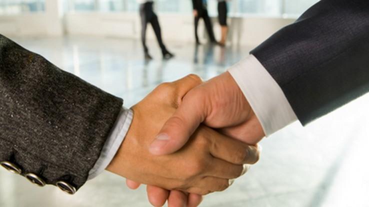 Poignée de mains pour un service civique au Département d'Ille-et-Vilaine