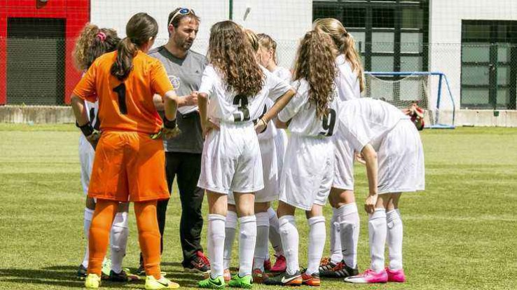 Jeunes footballeuses à l'entrainement, certaines grâce au coupon sport