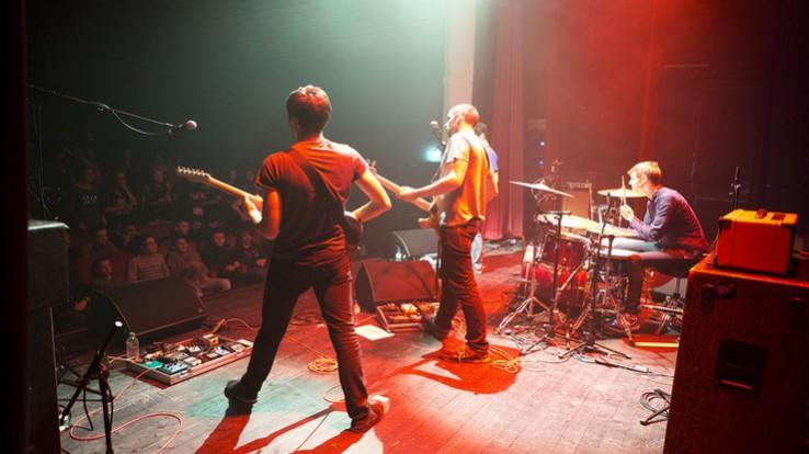 Groupe de rock sur scène, aides conventionnées