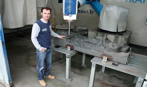 Piloté par Johnny Mérelle, le robot a sculpté le bloc de granit à grands traits. Les finitions seront réalisées à la main. © JPN