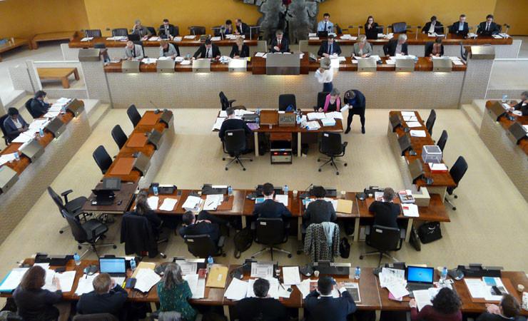 Les 54 conseillers départementaux se réunissent tous les deux mois en session.