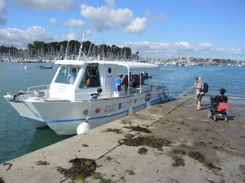 Arrivée du catamaran L'Intouchable cale du Naye, à Saint-Malo. D'une longueur de 13 mètres, le bateau est très maniable et permet d'embarquer les passagers en quelques minutes.