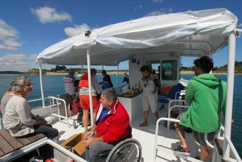 Sur le catamaran, un maximum de place a été laissé pour permettre à tous de se mouvoir et de faire connaissance. Première règle à bord : tout le monde se tutoie.