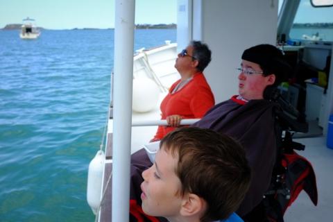 Pendant ce temps-là, sur bâbord, Yanis, Pierre-Marin et Isabelle font un concours de  noyaux de cerises. Le premier qui atteint la terre a gagné.