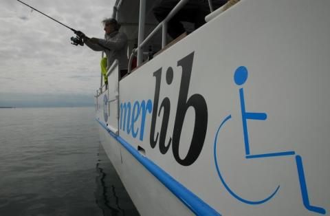 Facilement identifiable, le catamaran s'attire la sympathie de tous les bateaux croisés.