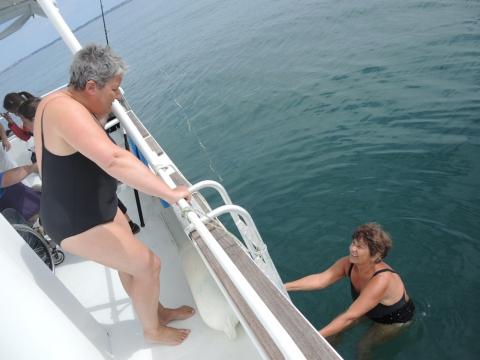 Les courageuses Isabelle et Anne-Marie en profitent pour piquer une tête. Une échelle permet aux participants qui le souhaitent de tester la fraicheur des eaux bretonnes.