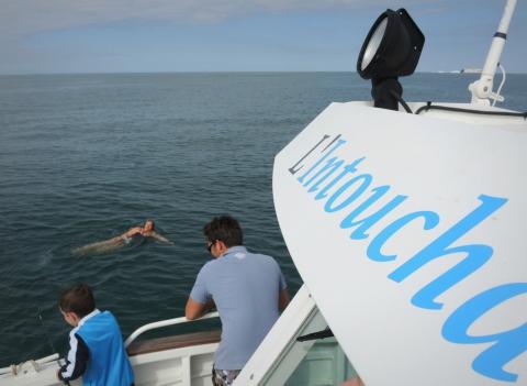 Tour du bateau pour Isabelle. Le fond est à 20 mètres, l'appareil photo de Noor, le copain canadien de Pierre-Marin, vient de s'y poser accidentellement.
