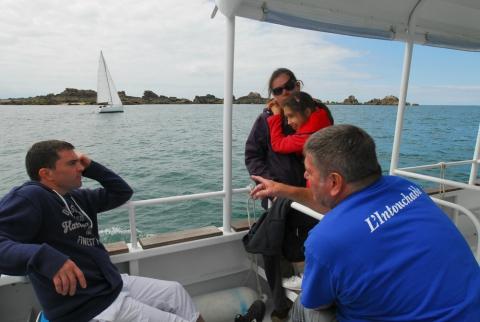 Fils de commandant de la marine marchande, Luc explique les subtilités de la navigation en baie de Saint-Malo à Stéphane et Céline, les parents de Laurianne et Yanis.