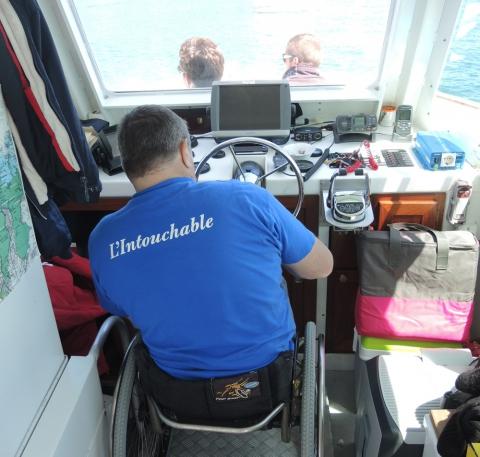 Grâce au même type de plateforme hydraulique que pour les embarquements, Luc peut piloter lui-même L'Intouchable.