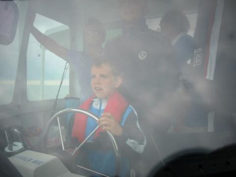 Cap sur la cité corsaire. Yanis reprend la barre et montre les progrès qu'il a fait en matière de pilotage.