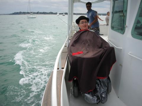 La coursive de tribord a été pensée pour permettre le passage des fauteuils électriques. Pierre-Marin peut aisni profiter de la plage avant et prendre un bol d'air XXL.