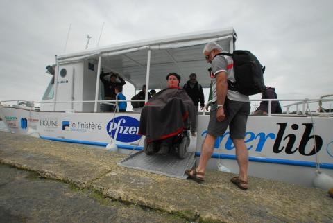 Comme une fleur, Pierre-Marin pilote son fauteuil en souplesse et franchit la plateforme hydraulique. Rendez-vous est pris pour le mois prochain.