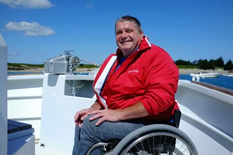 Luc L'Hôtellier, Cap'tain du catamaran et président de l'association Merlib. Entouré par une quinzaine de bénévoles, il est de toutes les sorties.