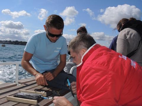 Pas de temps mort à bord. Sitôt le cap établi, et le rivage éloigné, Luc et Freddy mettent une ligne à l'eau. Objectif : fournir le poisson pour le déjeuner en mer.