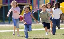 5 enfants courrent dans un square