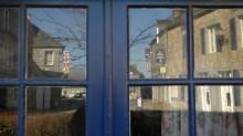 Reflet de maisons dans une fenêtre