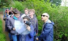 Des jeunes font une expérience artistique sonore