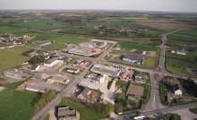 Zone industrielle avec campagne, vue du ciel