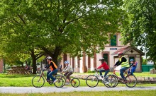 Famille en promenade à vélo