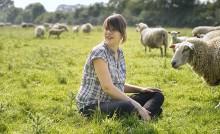 Karine Geffray, élève des agneaux à Sainte-Anne-sur-Vilaine. @Bertrand Béchard