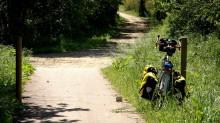 Vélo au bord d'un chemin