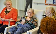 Personnes âgées assises dans une maison de retraite